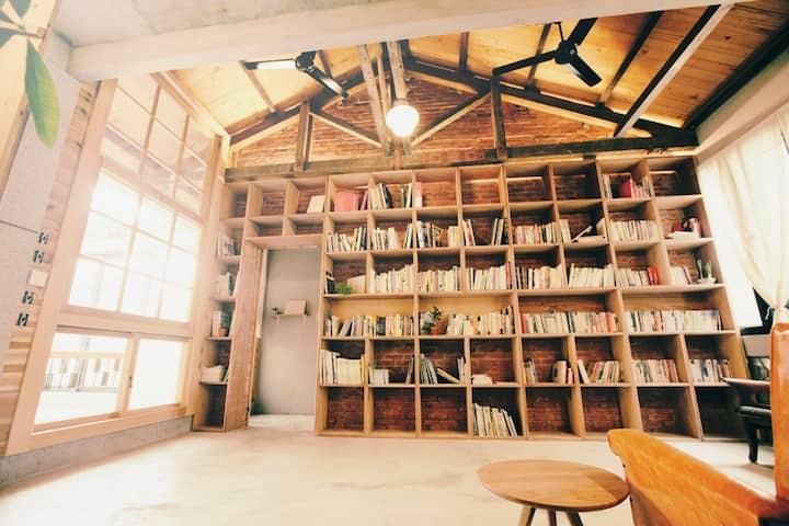 美術館裏的寧靜書房。舊木筵架和陽光靜好的時光。