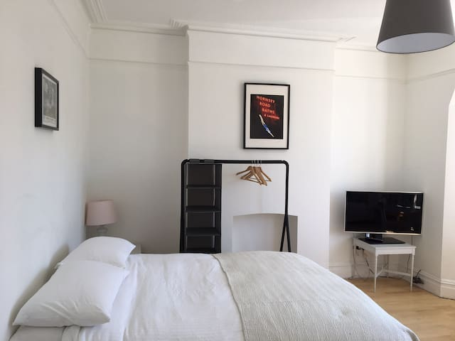 Double bedroom with study space & TV in Crouch End