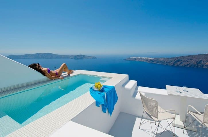 Honeymoon Suite with jacuzzi & private sunset view