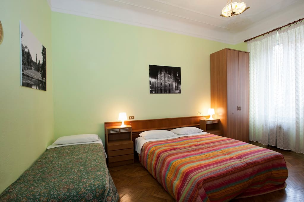 Large bedroom with double bed and single/Camera grande con letto matrimoniale e singolo bed/Camera Grande con letto matrmoniale e letto singolo