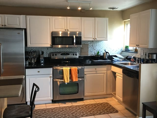 Newly remodeled, fully equipped kitchen