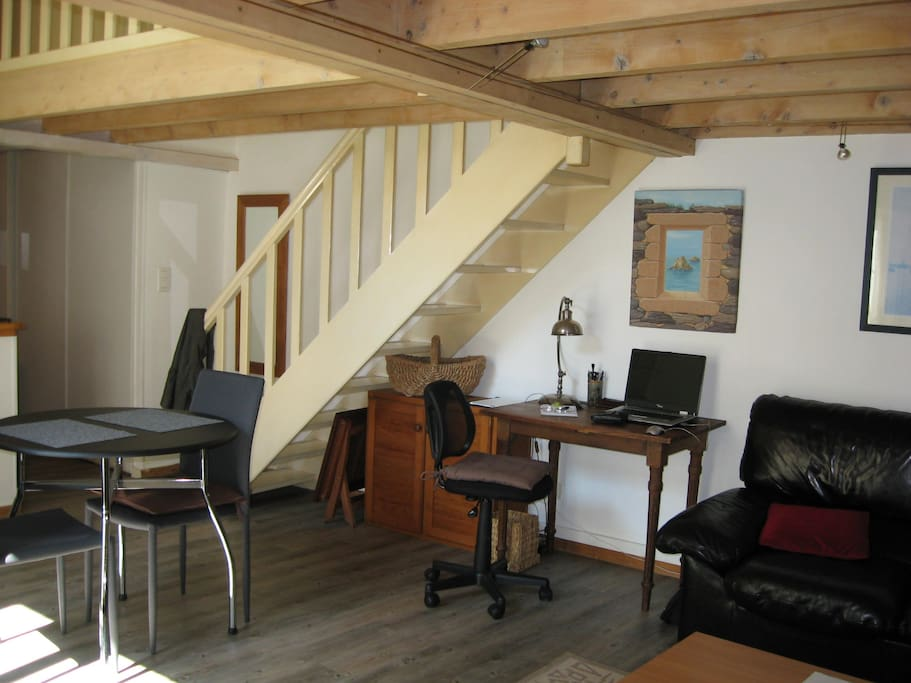 grand studio avec mezzanine flats for rent in bourges centre france. Black Bedroom Furniture Sets. Home Design Ideas