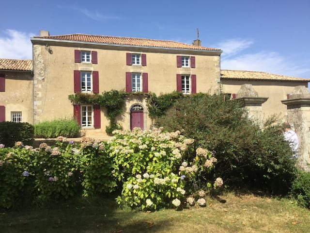 Classic manor house set in large grounds with pool - Parthenay - House