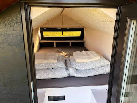 Heated sleeping cabin made of straw panels - MINI