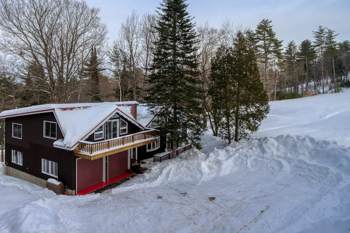 Cozy ski-in/ski-out chalet w/ a gas fireplace & full kitchen - dogs welcome!