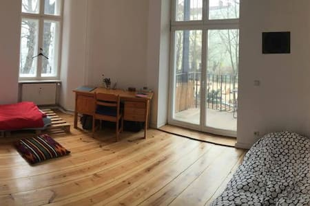 Big room for 2 people with balcony (Moabit) - Berlin