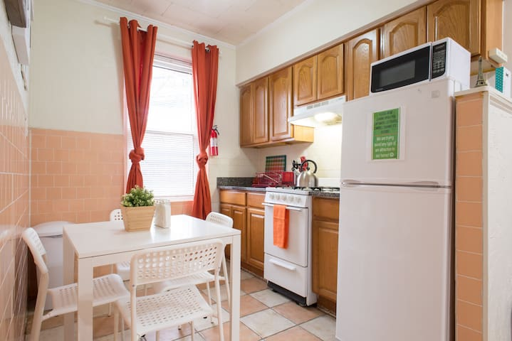 ★In front of subway ★ Free parking spot ★ Sleeps 6