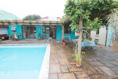 Perfect private home with large sunny garden - House