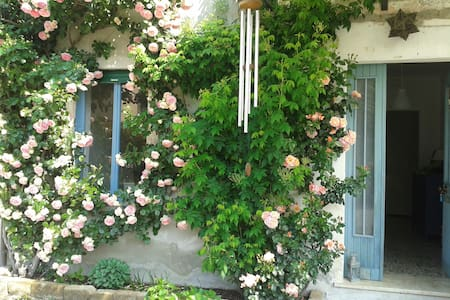Country house with portico and garden, ten minutes walking to the Castle in the village. Your room is comfortable, spacious and full of sunlight, you can enjoy the garden.