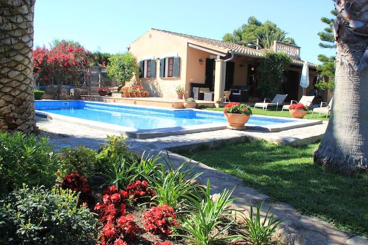 Guesthouse, lush garden ,pool.