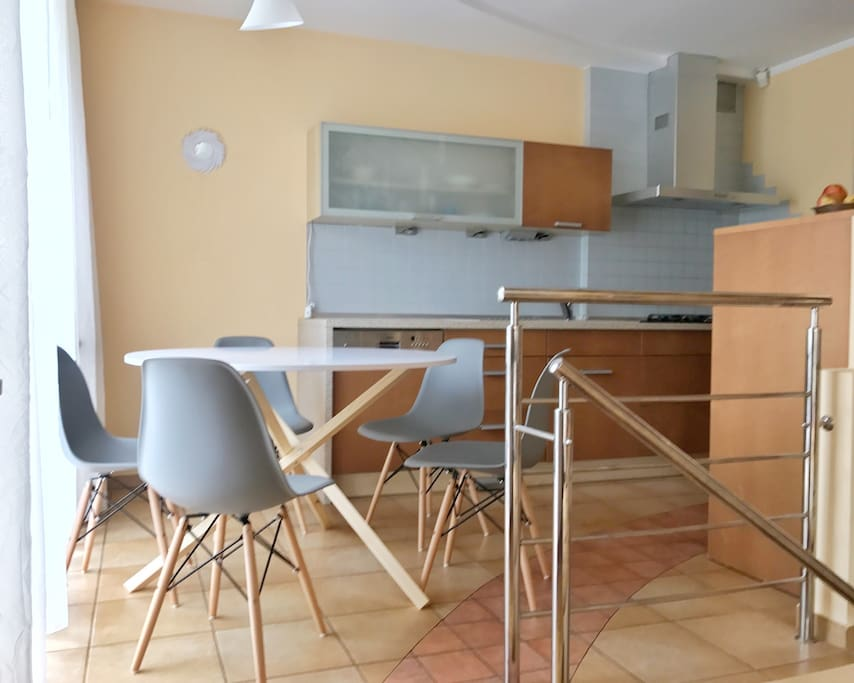 Fully furnished kitchen, balcony doors open on the terasse