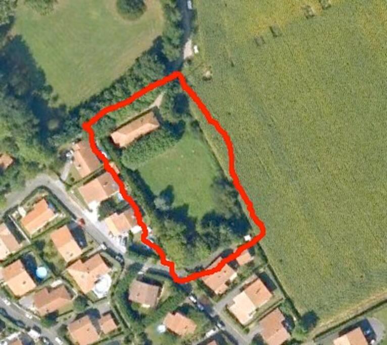 Vue aérienne de la maison dans son parc.