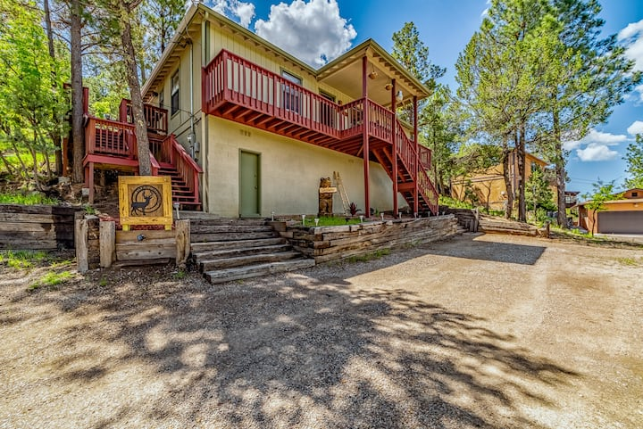Deer Crossing: A Family Favorite with 3 Bedrooms and a Private Hot Tub!