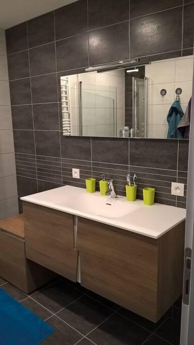 Salle de bain commune avec douche à l'italienne