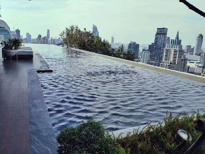 曼谷市中心 距离四面佛1.2公里,高端公寓出租,大单间,高层楼,只做长期租赁。