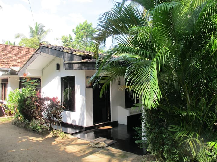 Self-catering cottage/aircon/WiFi. Close to beach.
