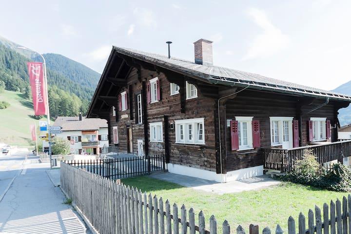 Schönes Chalet in Dorfzentrum von Disentis