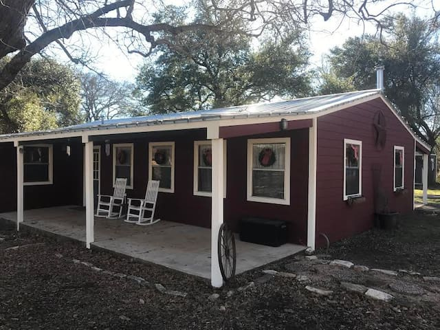 Rustic Cottage on 5 1/2 wooded acres - Round Rock - Cabaña