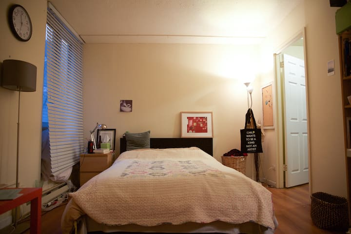 Spacious private bedroom 1 stop to Manhattan - Nueva York - Departamento