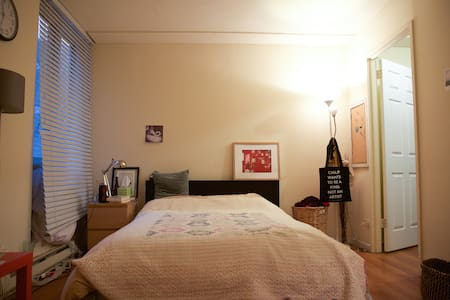 Spacious private bedroom 1 stop to Manhattan - New York - Byt