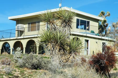 """""""Tranquility"""" - A Desert View Home - Yucca Valley - Bed & Breakfast"""
