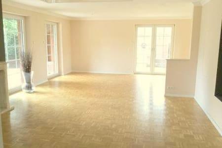 Exklusive  4,5 Zimmer-Wohnung 150m² mit Garten - Apartment
