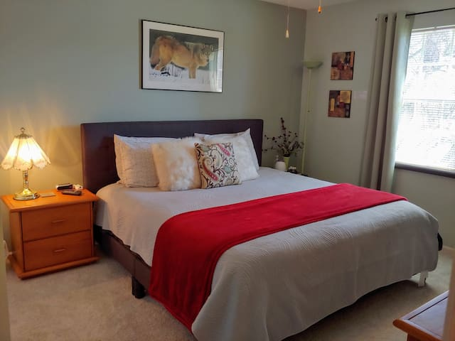 New King Bed, with TV in SE CLE Burb (Solon)