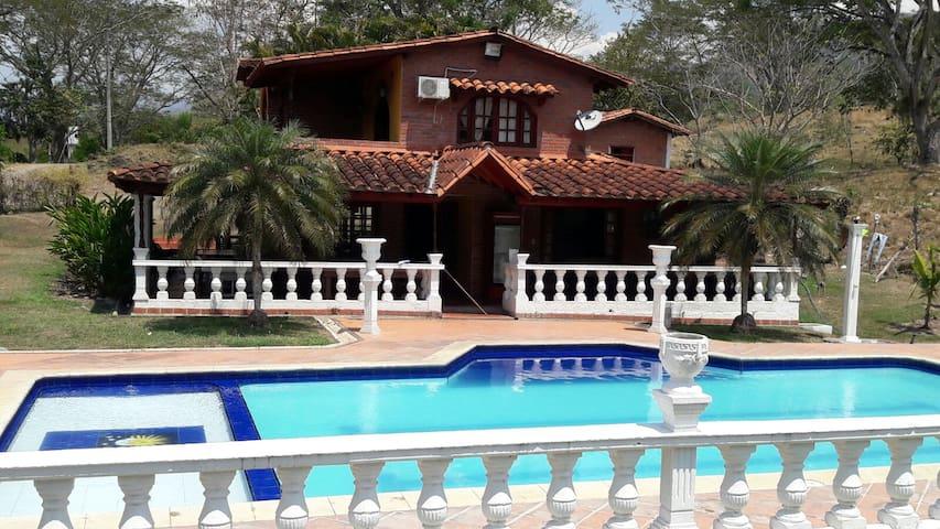 Finca Villa Sophia (frente entrada de Farallones) - La Pintada