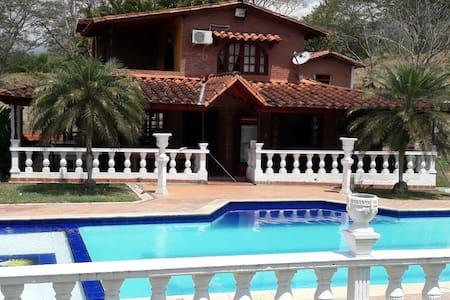 Finca Villa Sophia (frente entrada de Farallones) - La Pintada - วิลล่า
