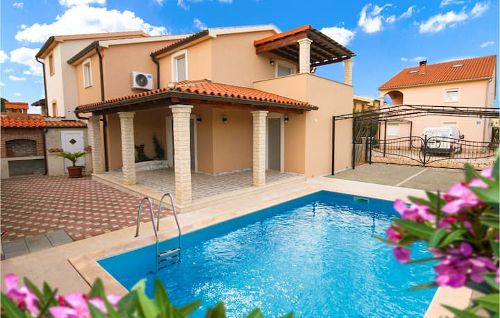 Stunning home in Fazana with Outdoor swimming pool and 4 Bedrooms