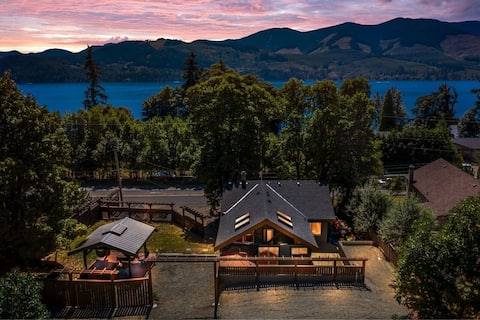 Arbutus Cottage  - Near the Lake with hot tub!