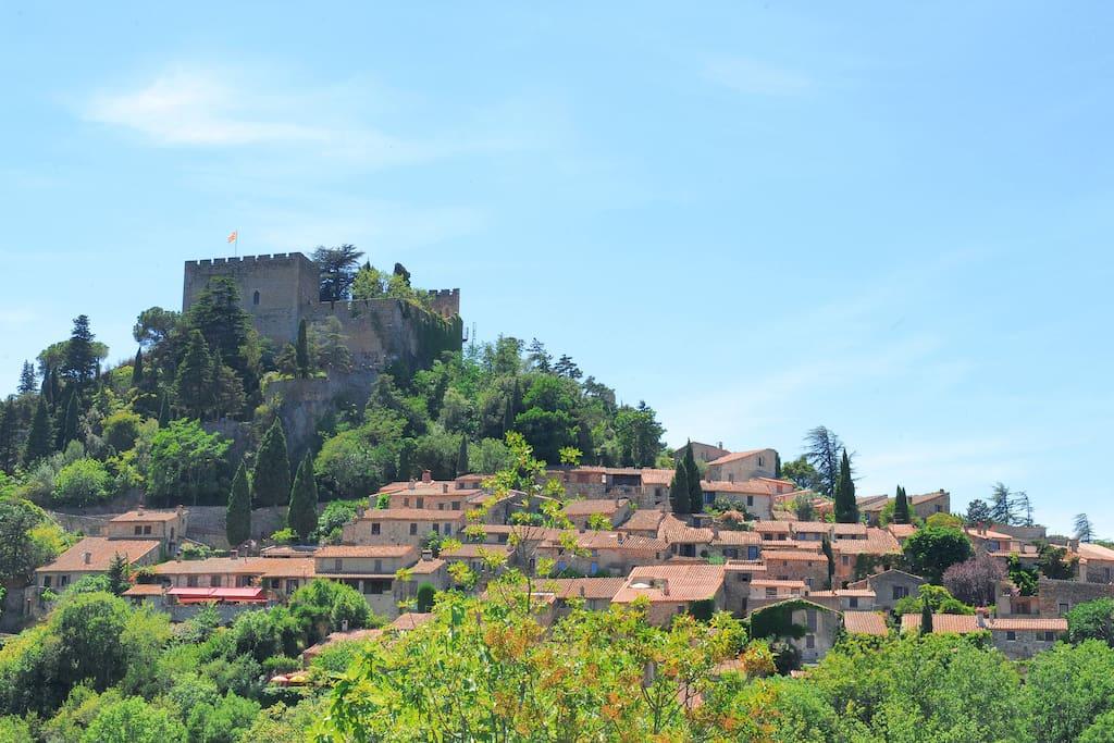 Le village blotti au pied du Château  féodal du Xème siècle