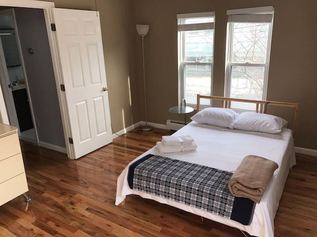 2beds in 2rooms,close to yale PD/health center