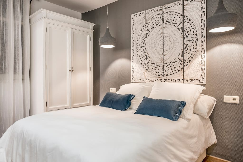 Beautiful and tastefully decorated bedroom for a good night's sleep and relaxation. Well light.