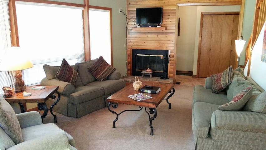 Eagle Heart - Solar!, On Golf Course, Fireplace, Large Deck on beautiful Golf Green, WiFi