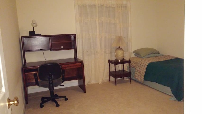 Medium size room with a single bed for one guest.