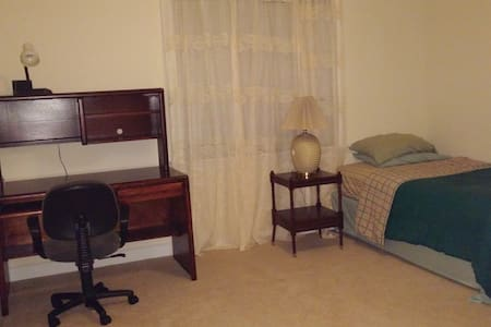 Medium size room with a single bed for one guest. - Richmond
