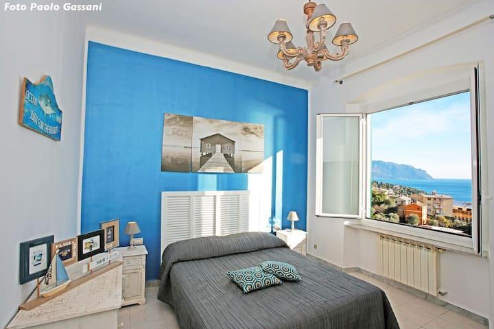 Camera doppia matrimoniale  blu fronte mare