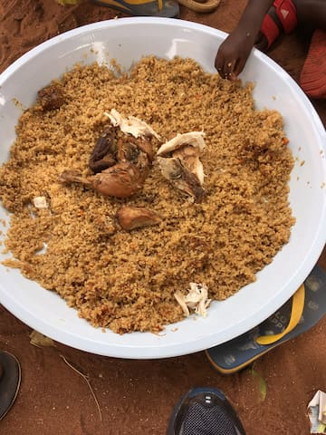 Repas au village autour du bol : thiebou guinar