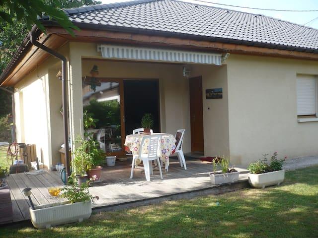 Petite terrasse avec jardin. Quartier très calme.