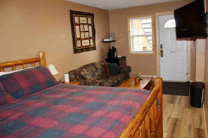 Private King Suite in Prime Fernie Location