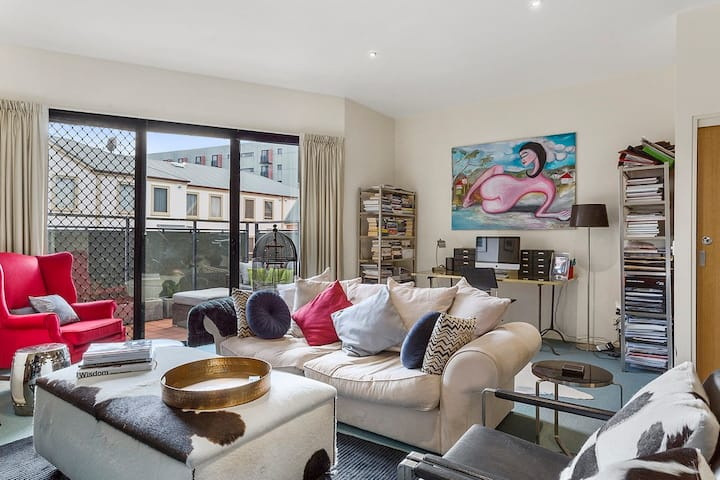 Stylish City Townhouse - A block to the waterfront
