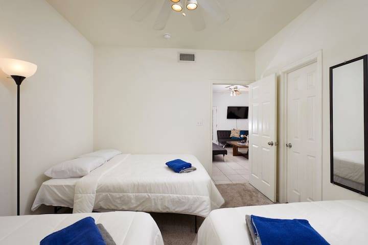 {MASTER BEDROOM, 3 QUEEN BEDS, FREE PARKING, POOL