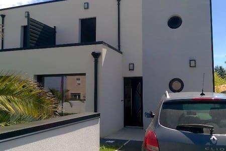 Maison avec jardin, près de Caen et des plages. - Huis