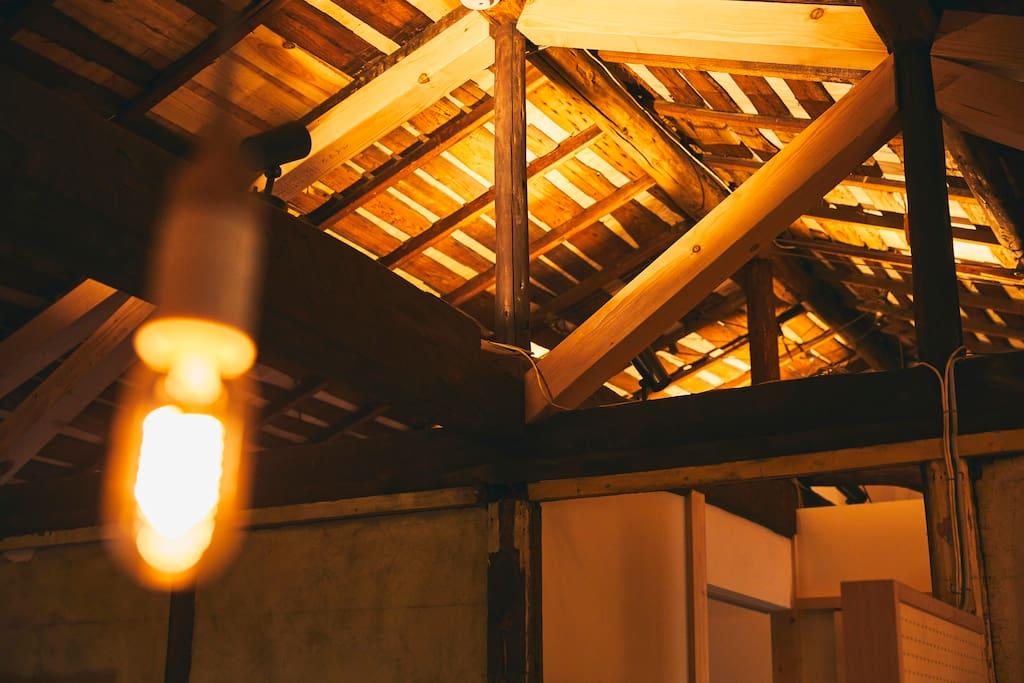 小屋組現しの天井が開放感を演出。