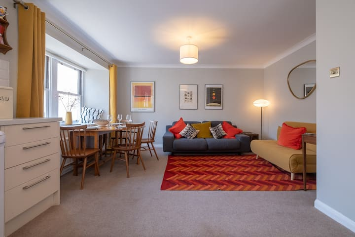Eclectic, retro seaside flat + private parking