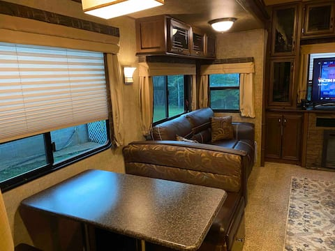 Beautiful fifth wheel with two bedrooms near lake