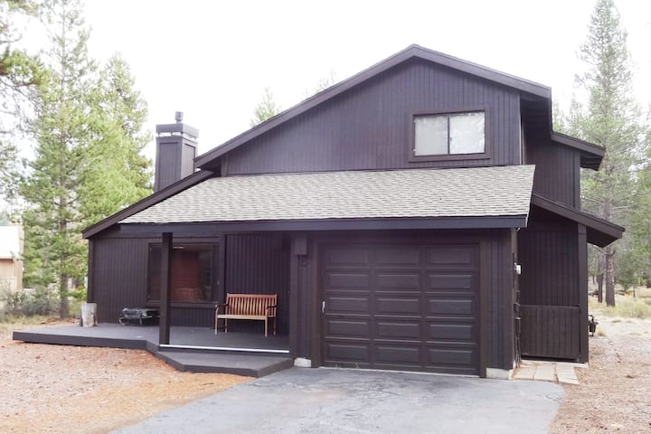 Relax in a cozy 3 bedroom Sunriver home
