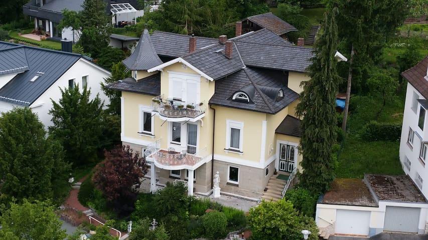 Der Hauseingang befindet sich auf der rechten Seite des Hauses. Die alte grün-weiße Holztüre ist mittlerweile etwas schwergängig.