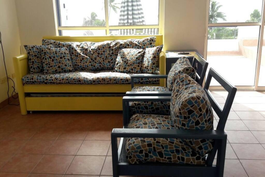 En la sofá-cama pueden dormir 2 personas.